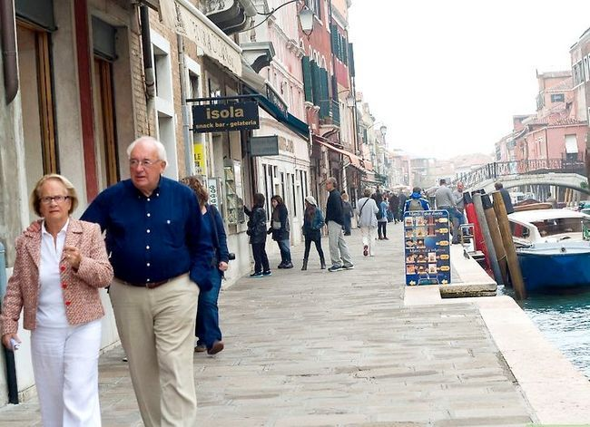 Imagen titulada Get Around Venice on the Cheap Step 1